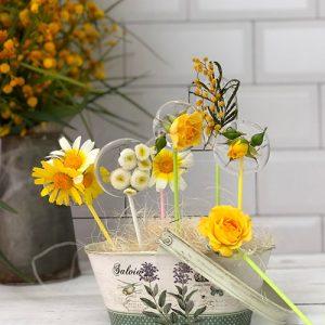 Piruletas paletas de azúcar isomalt con flores naturales